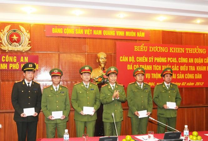 Các cán bộ, chiến sĩ nhận bằng khen của Bộ Công an. Ảnh: Tuấn Nguyễn
