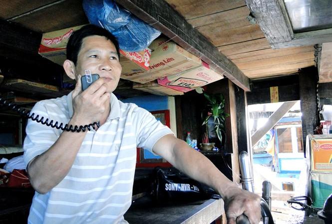 Thuyền trưởng Dương Thành Minh với chiếc Icom vẫn hát cho ngư dân nghe những đêm câu mực Ảnh: Hải Anh
