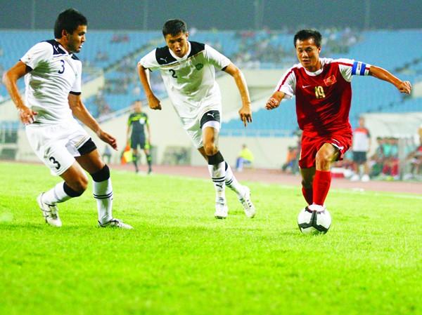 Cúp VEF đang trong tầm tay U23 VN. Ảnh: Hồng Vĩnh