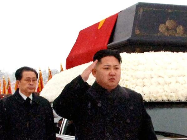 Ông Kim Jong-un (phải) trong tang lễ cha Ảnh: Kyodo News