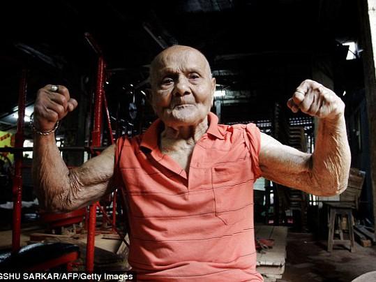 100 tuổi cơ bắp vẫn cuồn cuộn