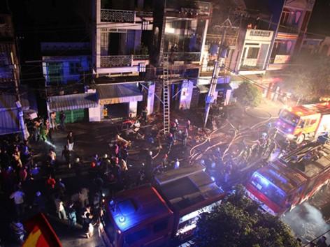Cháy lớn làm ba người chết