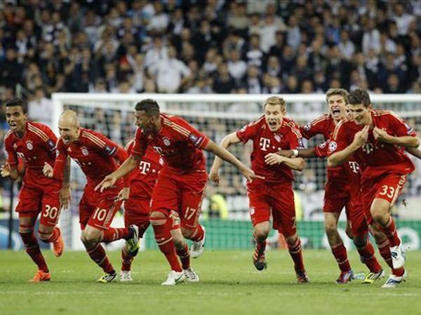 Các cầu thủ Bayern Munich ăn mừng giành vé dự trận chung kết được tổ chức ngay trên sân nhà Ảnh: AP