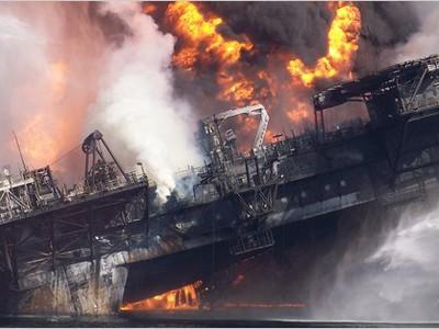 Hai ngày sau vụ nổ giếng dầu, Deepwater Horizon chìm xuống đáy biển Ảnh: The New York Times