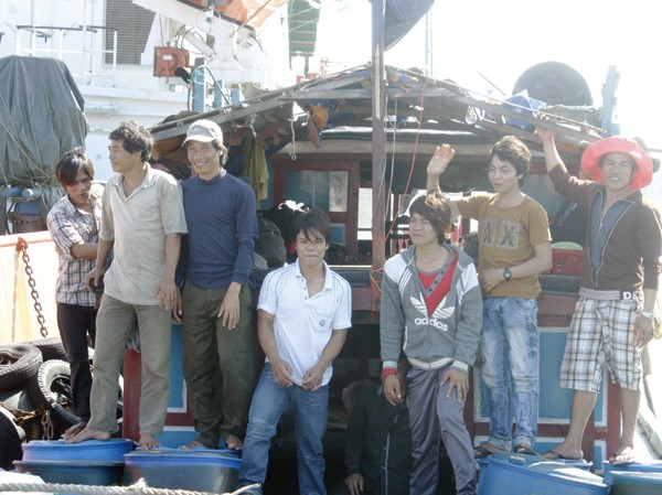 Niềm vui của những ngư dân trở về sau gần 10 ngày trôi dạt giữa sóng dữ