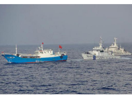 Tàu của lực lượng tuần duyên Nhật Bản tiếp cận tàu cá Trung Quốc