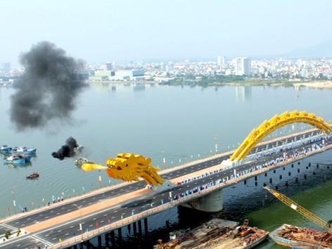 'Rồng thép' lớn nhất thế giới ở Đà Nẵng phun lửa