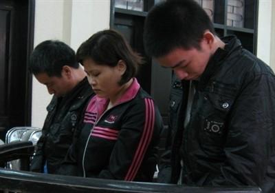 Tuân, Quy và Chiến (từ trái qua) tại phiên sơ thẩm