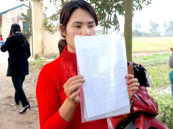 Người dân cầm giấy đi đòi nợ tại Trung tâm nhân đạo tư thục Minh Tâm