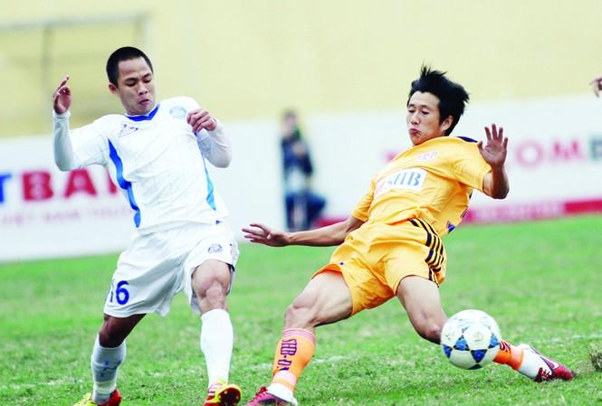 Các cầu thủ Hà Nội và SHB Đà Nẵng bất phân thắng bại sau màn rượt đuổi tỷ số ngoạn mục Ảnh: VSI