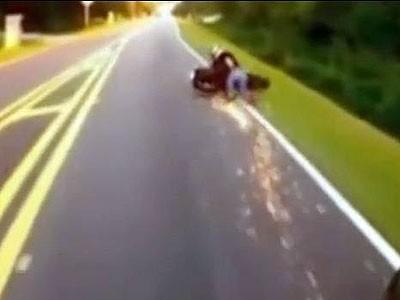 Biker may mắn thoát chết sau tai nạn