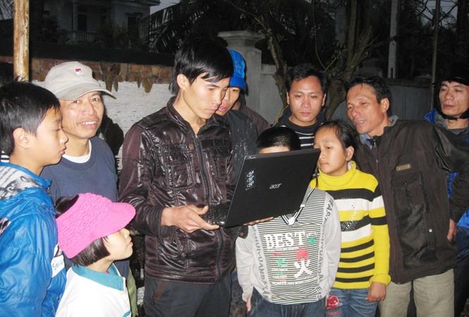 Người dân thôn Chùa Trên ngóng thông tin kết luận của Thủ tướng. Ảnh: P.V