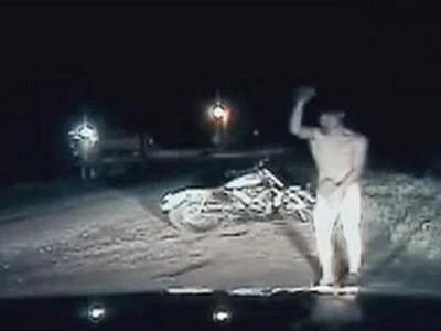 Bị cảnh sát bắt giữ vì 'tồng ngồng' chạy xe trên đường