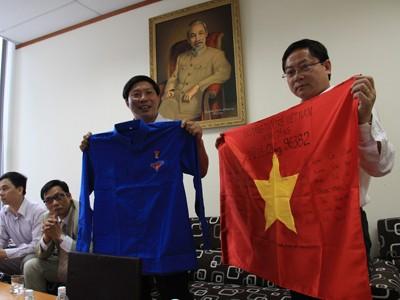 Tặng cờ Tổ quốc có bài thơ Thần cho tàu QNg 96382