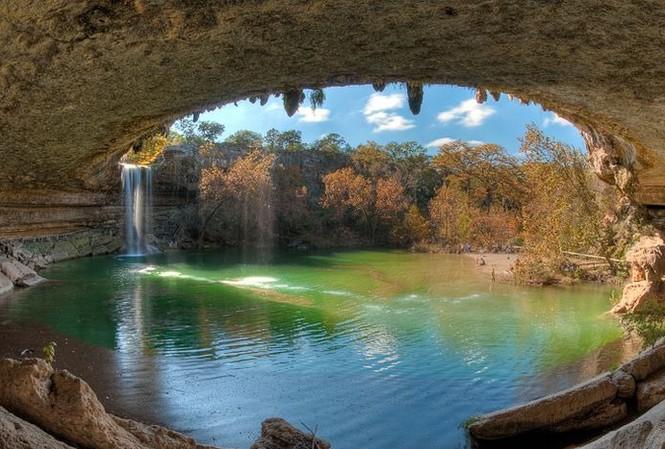 Hồ nước đẹp lung linh dưới mỏm đá