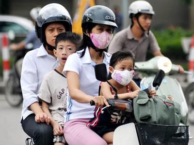 Hà Nội xử phạt phụ huynh không đội mũ bảo hiểm cho trẻ em