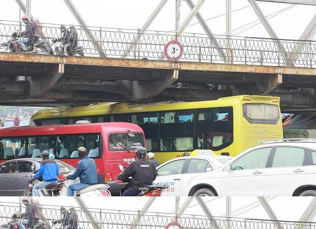 Xe khách kẹt gầm cầu Long Biên