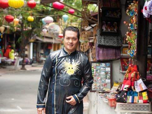 'Ông bầu' nhiều scandal Minh Chánh diện áo dài ở Hội An
