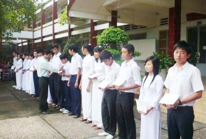 Tuyên dương học sinh giỏi ở Bình Dương. Ảnh: Song Nguyễn