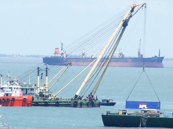 Vụ chìm tàu chở 66 container ô tô: Chống dầu tràn