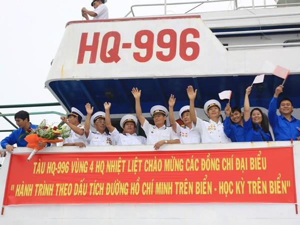 Các bạn trẻ và cựu thủy thủ tàu không số tại lễ xuất quân
