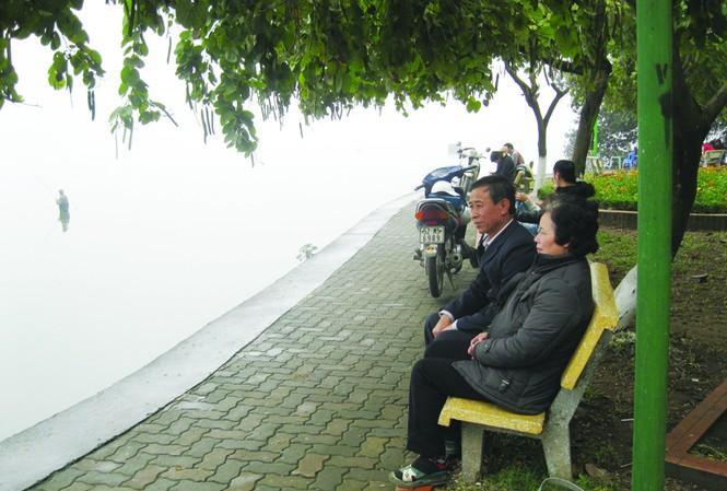 Bà Viên cùng chồng ngồi ở nơi năm xưa, vợ chồng bà thường vớt tôm tép dưới các tán lá sen Hồ Tây