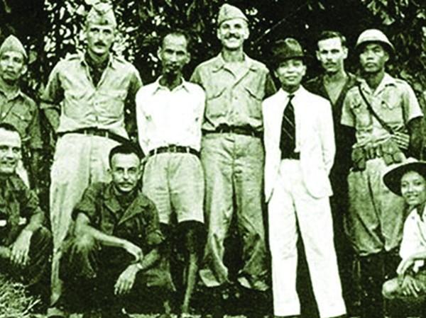 """Những hợp tác đầu tiên…(Nhóm Đặc nhiệm """"Con Nai"""" với Bác Hồ và Đại tướng Võ Nguyên Giáp năm 1945 - Nguồn: http://www.cand.com.vn)"""