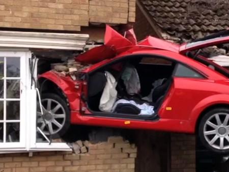 Audi TT 'hạ cánh' vào nhà dân