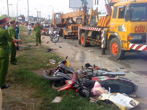 Xe cẩu đâm năm xe máy, ba người chết