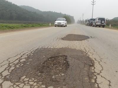 Đại lộ Thăng Long kéo dài: Thông xe 1 năm đã nứt vỡ