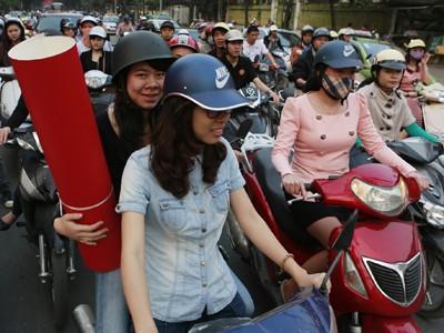 Không phạt hành vi sử dụng mũ bảo hiểm kém chất lượng Ảnh: Hồng Vĩnh