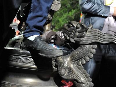 Khai ấn đền Trần: Đạp đổ hàng rào bảo vệ, cướp đồ thờ
