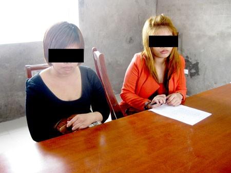 Hai đối tượng bán dâm tại cơ quan công an.