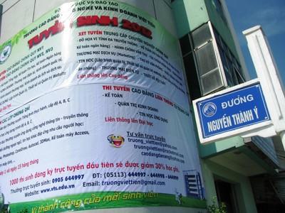 Nhiều quảng cáo ưu đãi cho thí sinh Ảnh: Nguyễn Huy