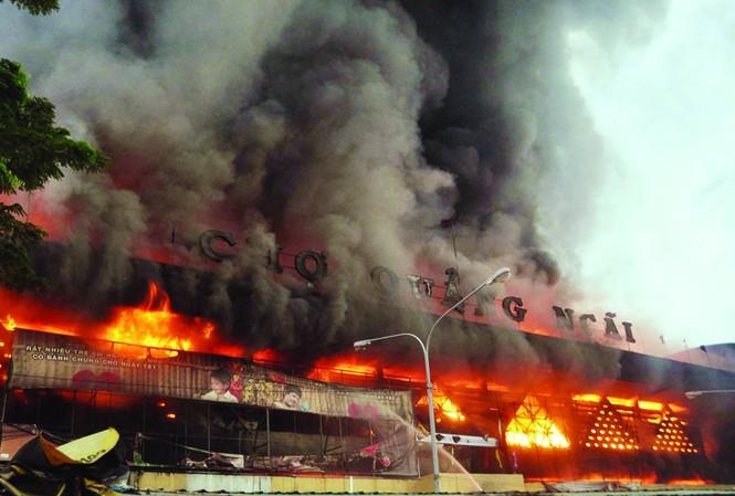 Chợ trung tâm cháy gần như hoàn toàn. Ảnh: Phú Đức
