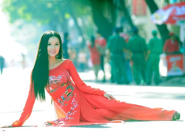 BB Phạm nổi bật trên phố Xuân với áo dài đỏ rực