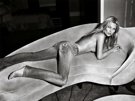 Kate Moss cởi áo khoe... quần