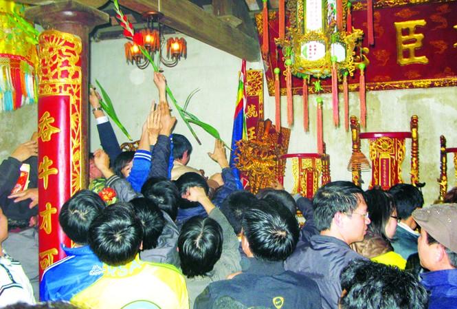 Cảnh cướp hoa quả, đồ thờ tự diễn ra tại Đền Trần ngay sau thời điểm diễn ra Lễ khai ấn. Ảnh: Nguyễn Tuấn