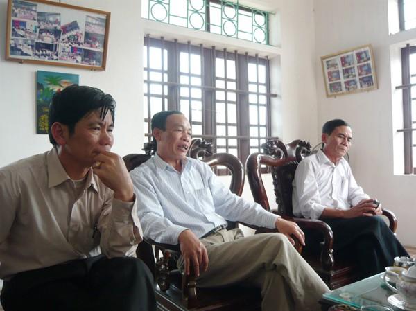 Chủ tịch UBND xã Hải Trung (bên phải) nói, người nghèo rất muốn tham gia XKLĐ nhưng không có tiền để lo chi phí  Ảnh: P.C