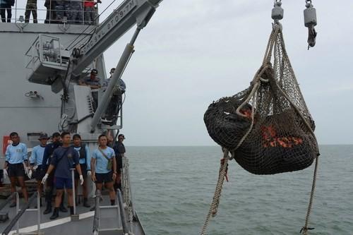 Hai túi đựng thi thể nạn nhân chuyến bay QZ8501 được cẩu lên chiếc tàu KRI Banda Aceh của Hải quân Indonesia trong ngày 3/1 - Ảnh: Reuters