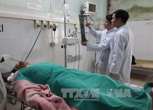 Một trong những nạn nhân bị thương nặng đang điều trị ở Bệnh viện Đa khoa tỉnh Thanh Hóa. Ảnh: TTXVN