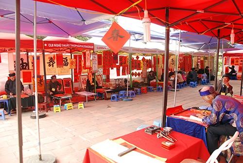 Năm 2015, phố ông đồ sẽ được tổ chức trong Hồ Văn thuộc khuôn viên di tích Văn Miếu - Quốc Tử Giám. Ảnh phố ông đồ năm 2014: Quỳnh Trang/ VnExpress