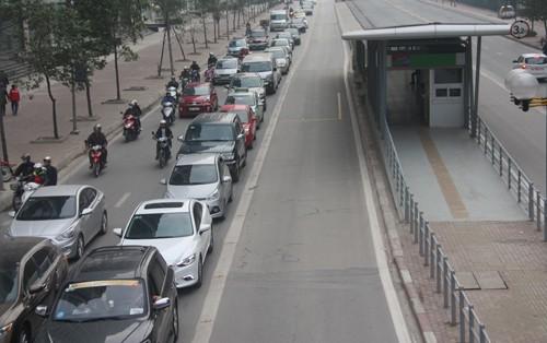 Dù không có xe buýt nhanh lưu thông nhưng hàng trăm phương tiện vẫn không đi lấn làn. Ảnh: Võ Hải/VnExpress