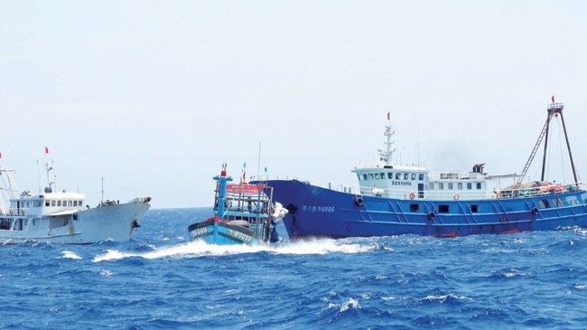 Tàu Trung Quốc truy đuổi tàu cá Việt Nam tại vùng biển Hoàng Sa.