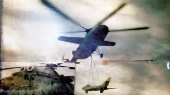 """Chiếc máy bay Mi 6 do phi công Nguyễn Xuân Trường đang """"cẩu"""" máy bay tiêm kích Mig."""