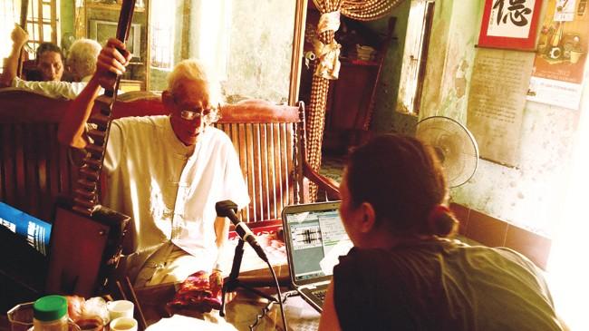 Nhà nghiên cứu Bùi Trọng Hiền bên cạnh cụ Nguyễn Phú Đẹ - nghệ nhân đàn đáy nhà nghề duy nhất còn sống. Ảnh: Nhân vật cung cấp.