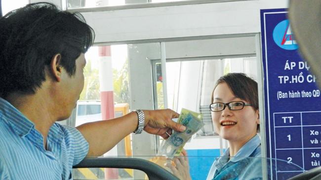 Nhân viên thu phí giao tiếp với lái xe bằng nụ cười và thái độ phục vụ thân thiện, ân cần.