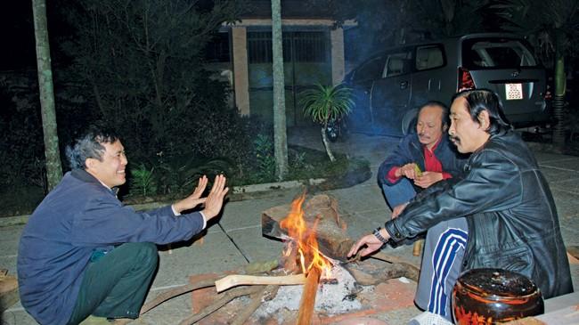 Bếp lửa củi mộc đêm cuối năm.