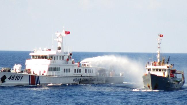Tàu hải cảnh Trung Quốc xịt vòi rồng vào tàu Việt Nam trong vùng biển Việt Nam hồi tháng 5/2014. Nguồn: Cảnh sát biển Việt Nam.
