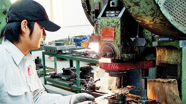 Công nhân làm việc trong nhà máy xích líp Đông Anh.